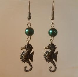 Ohrringchen Seepferdchen Bronze mit grüner Perle
