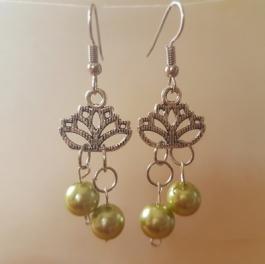 Ohrringchen Lotusblüte mit grünen Perlen